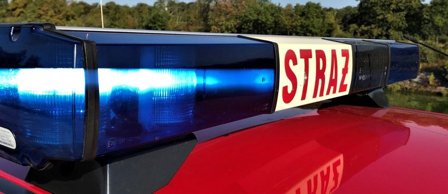 Strażakom udało się opanować pożar wysypiska śmieci w Sławęcicach w województwie opolskim. Na miejscu wciąż pracuje 20 strażackich zastępów, a do akcji włączono dwa samoloty gaśnicze i helikopter.