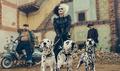 """Emma Stone jako Cruella w nowej wersji """"101 Dalmatyńczyków"""". Pierwsze zdjęcie!"""