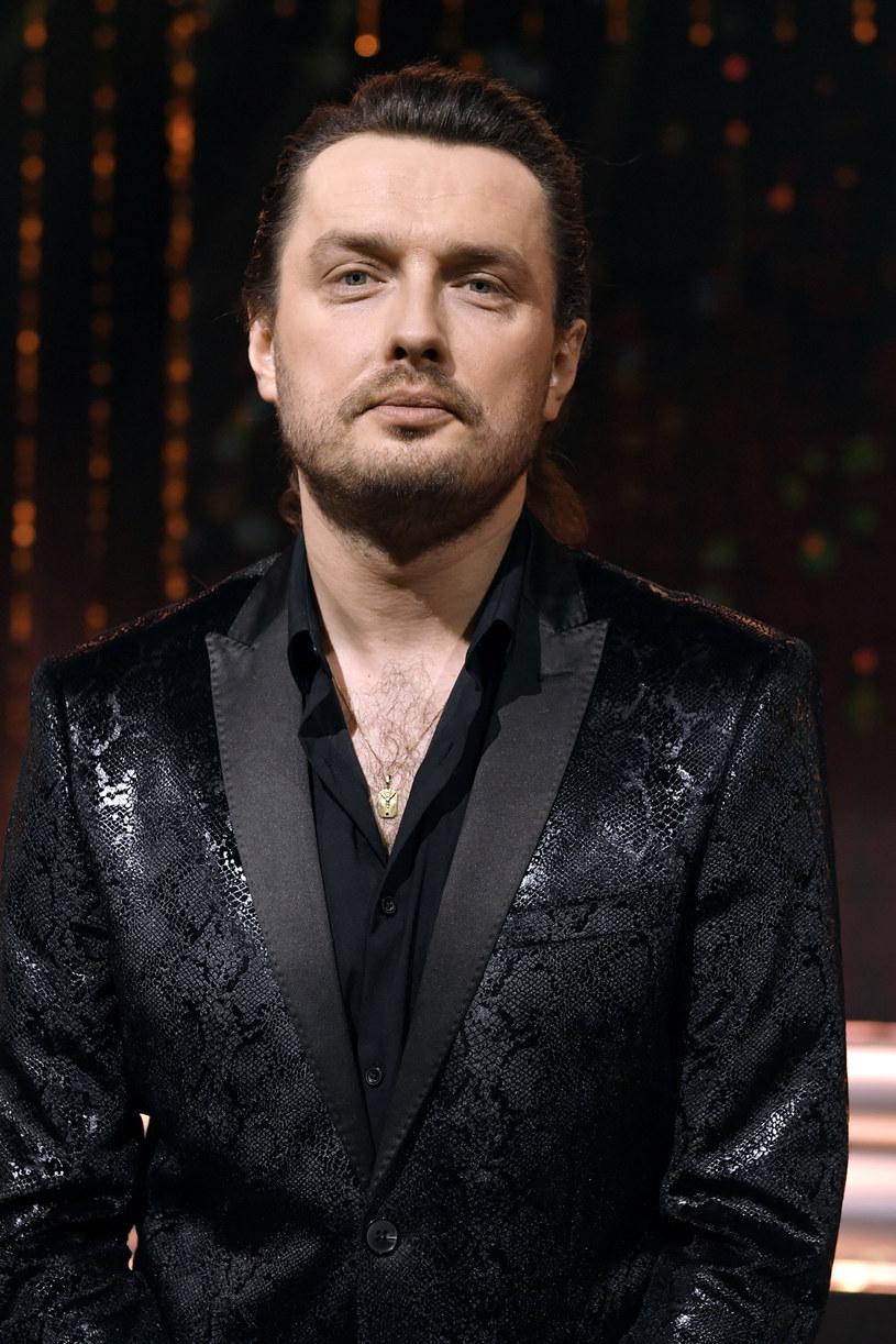 Piotr Cugowski był jednym z wykonawców, którzy walczyli ze swoją piosenką o tytuł przeboju lata RMF i Polsatu. Jednak coś innego odciągało uwagę widzów od utworu wokalisty.