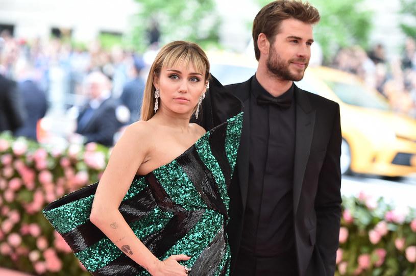 """Miley Cyrus postanowiła uciąć medialne plotki dotyczące powodów jej rozstania z Liamem Hemsworthem. Wokalistka opublikowała w mediach społecznościowych szczery komentarz odnoszący się """"rozwodowych sensacji""""."""
