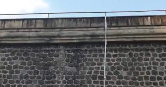 Policja w Neapolu przeczesuje miasto poszukując 32-letniego Roberta L. Polak, oskarżony o morderstwo ukraińskiego murarza, uciekł wczoraj po porannej mszy z więzienia Poggioreale. To pierwsza ucieczka z tego zakładu karnego od stu lat.