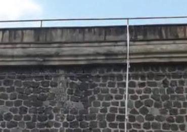 Ucieczka Polaka z więzienia w Neapolu. Zsunął się po linie z prześcieradeł