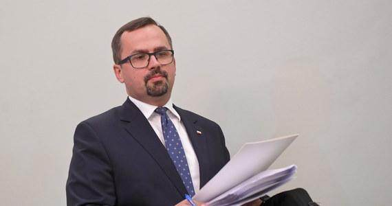 Szef komisji śledczej ds. VAT Marcin Horała (PiS) w swoim projekcie raportu z prac komisji zaproponował postawienie przed Trybunałem Stanu b. premierów Donalda Tuska i Ewy Kopacz, oraz b. ministrów finansów - Jacka Rostowskiego i Mateusza Szczurka.
