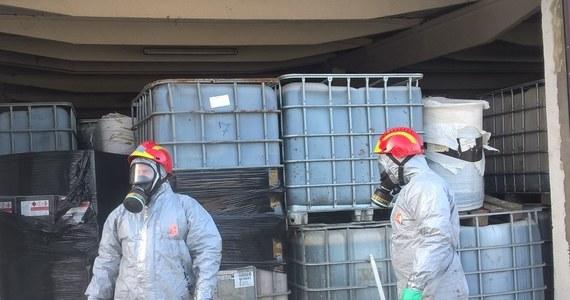 Jeszcze przez co najmniej kilka miesięcy nie uda się usunąć składowiska nielegalnych odpadów w Borkowicach niedaleko Radomia. Chodzi o ponad osiemset ton przechowywanych tam od ubiegłego roku łatwopalnych pozostałości po farbach i lakierach. Osoby, które je zgromadziły są w areszcie i nie mogą ich zutylizować.   Składowisko znajduje się w sąsiedztwie miejscowej Szkoły Podstawowej.