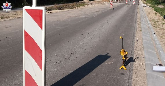 Policja na Lubelszczyźnie wyjaśnia okoliczności wypadku drogowego, w którym prawdopodobnie zginął 68- letni mieszkaniec gminy Siemień. Ciało mężczyzny znaleziono w przydrożnych zaroślach.