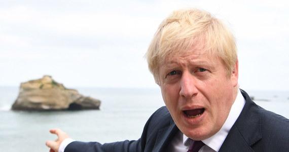 Wszechobecny brexit ma nową metaforę. Jej autorem jest znany z poczucia humoru premier Wielkiej Brytanii, Boris Johnson. Tym razem dostrzegł ją w oddalonej o 200 metrów od wybrzeża Biarritz skale. Dziś głowi się nad nią cała Europa, analizują ją znani komentatorzy. Ale czy poczucie humoru szefa brytyjskiego rządu skruszy biurokratów w Brukseli, czy może tylko poprawi mu humor w przekonaniu o własnej inteligencji? Wielka Brytania ma opuścić Unię Europejską za niewiele ponad dwa miesiące. To wcale nie dowcip.