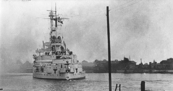 """Niemiecki okręt, który oddał pierwsze strzały artyleryjskie w kierunku Westerplatte, nie miał szczęścia ani w pierwszej, ani w drugiej wojnie światowej. Nie zatopił też żadnego okrętu przeciwnika. Skończył marnie jako okręt-cel. Marnie skończył również jego bliźniak, """"Schlesien"""", który też walczył przeciw Polakom."""