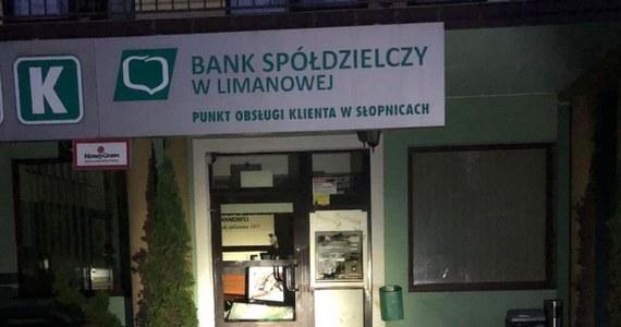 W małopolskich Słopnicach w powiecie limanowskim doszło do zdewastowania bankomatu. Policja nie potwierdziła, czy z bankomatu zostały skradzione pieniądze. Na miejscu trwają oględziny.