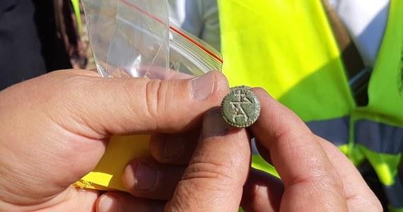 Żołnierskie guziki, monety i pieczęcie oraz dużo kul do muszkietów znaleźli archeolodzy pod Kołobrzegiem. Sprawdzili teren, gdzie fortyfikacje w czasie wojen napoleońskich miały oddziały Sasów. Znaleziska pochodzą z początku XIX wieku.