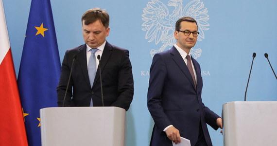 Minister sprawiedliwości Zbigniew Ziobro nie wiedział o tym co się dzieje. Zareagował tak, jak powinien zareagować w sytuacji kiedy doszło do odkrycia nieprawidłowości - mówił premier Mateusz Morawiecki odnosząc się do kwestii szkalowania sędziów.