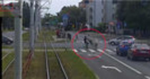 Do nieszczęśliwego wypadku doszło w Toruniu. Rowerzysta, który wiózł na kierownicy kolegę, wjechał w 86-latkę na przejściu dla pieszych. Dzień po wypadku kobieta zmarła w szpitalu. Jak podaje Onet, nastolatkowie są już w rękach policji.