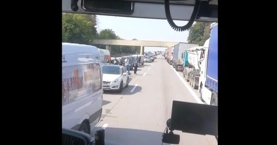 """Między węzłami Pietrzykowice i Kąty Wrocławskie na jezdni w kierunku Legnicy zderzyły się dwie ciężarówki, a kierowcy utknęli w wielokilometrowym korku. Kierowcy utworzyli tzw. korytarz życia, jednak część z nich zdecydowała się jechać pod prąd, utrudniając tym samym dojazd służb ratunkowych na miejsce. To zdarzenie nagrał strażak. """"Jesteśmy prawie pewni, że kierowcy, którzy zablokowali korytarz życia na autostradzie A4 złamali prawo"""" - mówią policjanci, którzy analizują nagranie."""