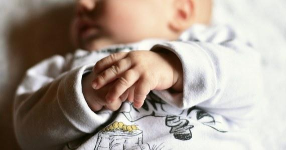 Pijana 30-latka przechodziła obok sklepu monopolowego, trzymając w ręku nosidełko z 9-dniową córeczką. W pewnym momencie niemowlę wypadło z nosidełka i upadło na trawę.