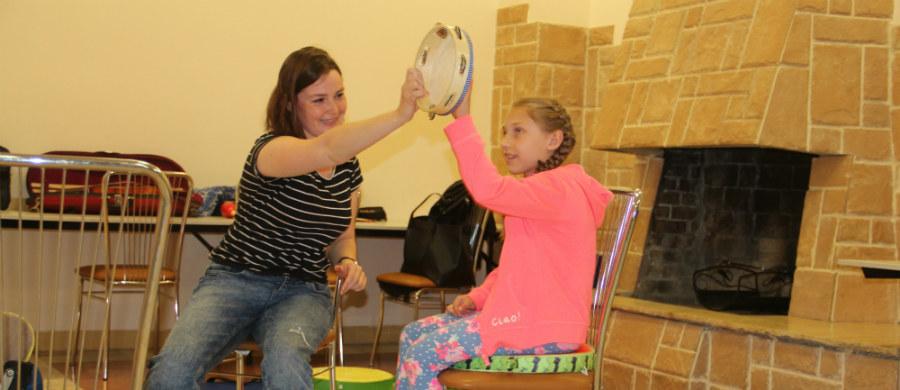 """Mali pacjenci szpitala rehabilitacyjnego w Radziszowie biorą udział w muzykoterapii. Takie zajęcia są znakomitym uzupełnieniem kompleksowej rehabilitacji. """"Dzieci angażują się w terapię nie odczuwając wysiłku, a wręcz dobrze się bawiąc"""" - zauważa muzykoterapeutka Paulina Olko."""