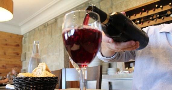 """Naukowcy z King's College London odkrywają kolejną tajemnicę czerwonego wina. W swej najnowszej pracy, opublikowanej na łamach czasopisma """"Gastroenterology"""", tłumaczą, na czym polega jego korzystne dla zdrowia działanie. Okazuje się, że osoby, które okazyjnie i z umiarem piją czerwone wino, mają zdrowszą, bardziej różnorodną florę bakteryjną układu pokarmowego. Ostatnio coraz więcej słyszymy o znaczeniu tej flory dla naszego zdrowia. Czerwone wino jest najwyraźniej dobrym paliwem, które jej służy."""