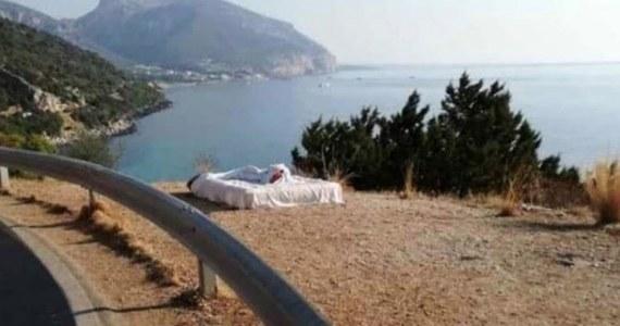 Para turystów na Sardynii została ukarana grzywną za to, że spała na materacu przy drodze w miejscu, z którego rozciąga się widok na piękną zatokę. Zdjęcie dwuosobowego materaca z pościelą opublikowały lokalne władze, potępiając takie zachowanie.
