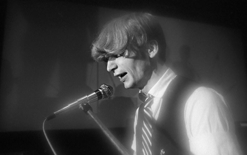 Muzyk rockowy, pianista, flecista, poeta, kompozytor, lider i wokalista zespołu Republika, a także solowy Obywatel G.C. i Grzegorz z Ciechowa. 29 sierpnia przypada 62. rocznica urodzin Grzegorza Ciechowskiego.