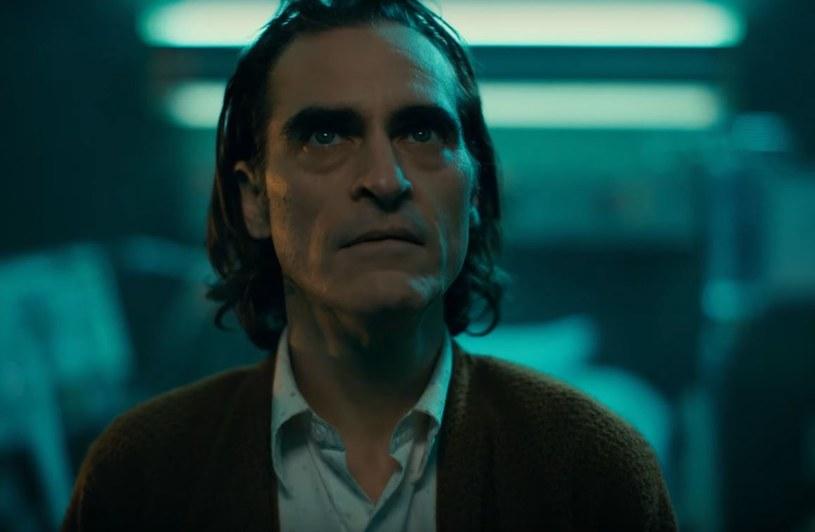 """Ci, którzy spodziewali się, że """"Joker"""" będzie kolejną odsłoną komiksowej postaci, będą rozczarowani. Jeśli tę rolę kreuje Joaquin Phoenix możemy spodziewać się jedynie mrocznego studium człowieka, który stał się najbardziej złowieszczym klaunem."""
