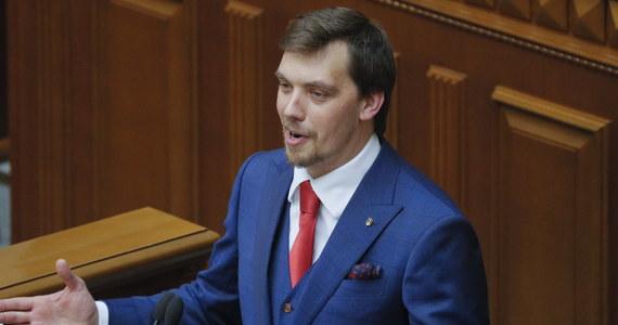Rada Najwyższa (parlament) Ukrainy zatwierdziła w czwartek na stanowisku premiera 35-letniego prawnika Ołeksija Honczaruka, który był dotychczas zastępcą szefa biura prezydenta Wołodymyra Zełenskiego. Jego kandydaturę poparło w głosowaniu 290 z 424 deputowanych.