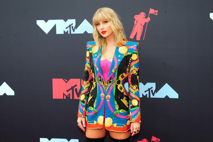 Taylor Swift nie może czuć się bezpiecznie nawet we własnym domu. Gwiazda oprócz podziwiających ją i wspierających sympatyków, ma też psychofanów, którzy mają na jej punkcie obsesję. Jeden z nich starał się ostatnio włamać do domu wokalistki, by się jej oświadczyć.