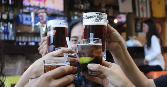 Krakowska policja zatrzymała na gorącym uczynku dwie osoby, podejrzewane o okradanie zagranicznych turystów. Współpracująca ze sobą para miała wrzucać cudzoziemcom do drinków tak zwaną tabletkę gwałtu.