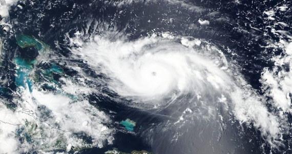 Huragan Dorian niosący wiatr o szybkości 240 km/godz i ulewny deszcz, zbliża się do północnych Bahamów, gdzie zarządzono częściową ewakuację i zamknięto większość hotelu. Właściwy atak żywioły ma nastąpić wkrótce.