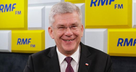 """""""Nie jesteśmy w stanie sterować cenami. Ten czas się już skończył, żyjemy zupełnie w innym okresie. Apeluję do pana Grzegorza Schetyny, żeby się obudził i to zobaczył. Mamy gospodarkę rynkową i ten rynek reguluje cenę. Tak jest, o to walczyliśmy"""" - tak Stanisław Karczewski odniósł się do słów lidera Platformy Obywatelskiej, który skrytykował PiS za wzrost cen w sklepach. """"Nie jest w stanie rząd ani jakakolwiek siła polityczna wpływać na ceny i narzucać ceny pietruszki czy innych produktów, a - przyznaję - rosną niektóre ceny"""" - stwierdził marszałek Senatu w internetowej części Porannej rozmowy w RMF FM."""