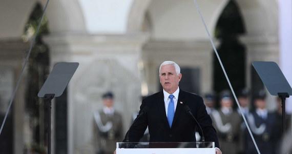 """""""Zebraliśmy się, aby dać świadectwo odwadze ludzi wielkich, duchowi wielkiego narodu i głębokiej, trwałej sile wielkiej cywilizacji"""" - powiedział wiceprezydent USA Mike Pence w Warszawie na uroczystości w 80. rocznicę wybuchu II wojny światowej. """"Wasze światło lśniło w mroku, zaś mrok światła nie pokonał. Charakter, wiara i determinacja Polaków właśnie na to nie pozwoliły. Z czasem zamieniliście tę straszliwą stratę i porażkę we wspaniałe zwycięstwo"""" - dodał."""
