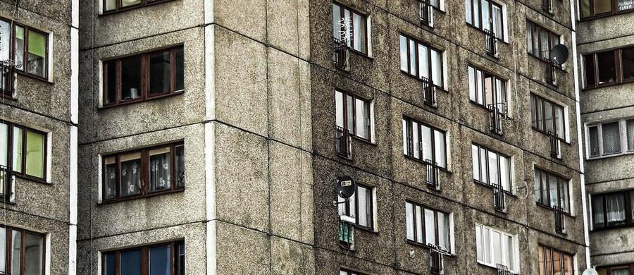Policjanci z Mielca wyjaśniają okoliczności wypadku z udziałem 5-letniego chłopca. Wypadł on z okna mieszkania na trzecim piętrze.