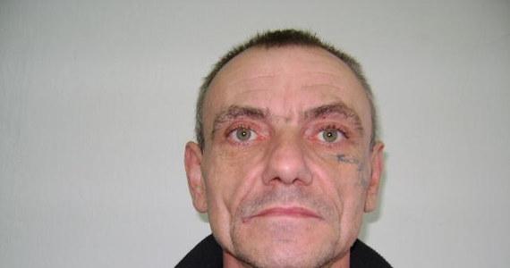 Funkcjonariusze z Komendy Miejskiej Policji w Kaliszu poszukują Krzysztofa Kaznowskiego. Mężczyzna jest poszukiwany w związku ze sprawą śmiertelnego postrzelenia 34-latka, do którego doszło w Zadowicach. Wszystkie osoby, które mają informacje na temat miejsca pobytu poszukiwanego mężczyzny proszone są o kontakt z Policją.