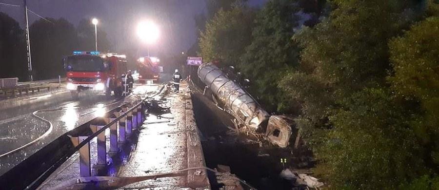 W miejscowości Boguchwała na Podkarpaciu cysterna wyleciała z drogi, auto ugrzęzło w okolicach rzeki. 38-letni kierowca został ranny.