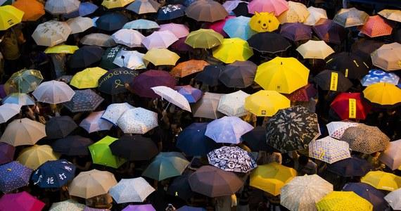 Dziesiątki tysięcy osób wzięły w poniedziałek udział w pikiecie w pobliżu budynków rządowych w Hongkongu oraz w manifestacji na Uniwersytecie Chińskim w tym mieście (CUHK) – podali organizatorzy obu pokojowych, antyrządowych demonstracji.