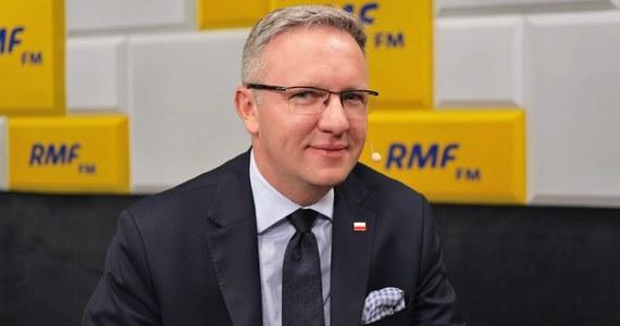"""""""Do końca września trwa okres rozliczenia wizowego, a jednym z ważnych elementów tej wizyty (Donalda Trumpa – przyp.red.) chcielibyśmy, by było potwierdzenie faktu, że Polska może wejść do programu bezwizowego, więc chcielibyśmy, by wizyta nastąpiła po 1 października"""" – mówił w Porannej rozmowie w RMF FM szef gabinetu prezydenta Krzysztof Szczerski. Dodał także, że według strony amerykańskiej ostatnim możliwym terminem wizyty prezydenta USA jest początek grudnia – wówczas przyjazd Trumpa byłby połączony z wizytą Amerykanów w Londynie na szczycie NATO. """"Zostaje nam w takim razie październik, listopad lub początek grudnia"""" – mówił Szczerski."""