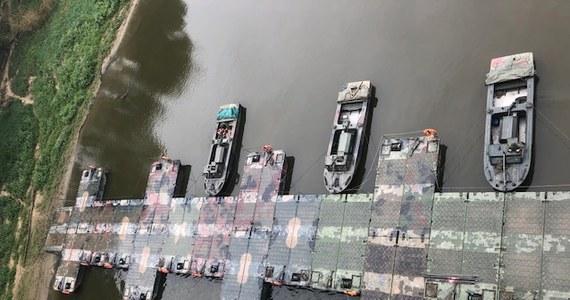 """Zgodnie z zapewnieniami szefa MON Mariusza Błaszczaka, most pontonowy na Wiśle ma być dziś gotowy. Na przeprawie zostanie ułożony rurociąg, którym popłyną ścieki z lewobrzeżnej Warszawy do oczyszczalni """"Czajka"""", która jest na prawym brzegu Wisły."""