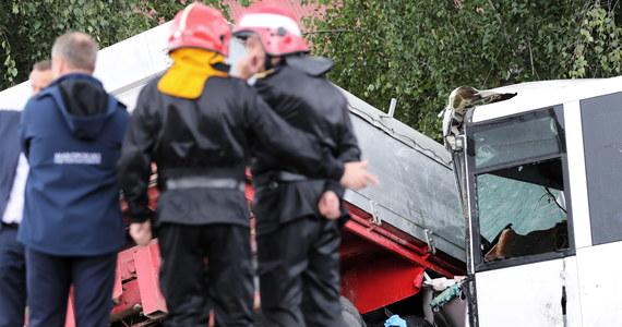 Prokuratura Rejonowa w Nowym Sączu wszczęła śledztwo w sprawie wypadku w Świniarsku. W poniedziałek zderzyła się tam ciężarówka z autobusem, w którym jechały m.in. dzieci. Jedna osoba zginęła, a 19 trafiło do szpitali, w tym osiem w stanie ciężkim.