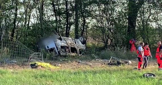 Zarzut nieumyślnego spowodowania katastrofy w ruchu lądowym usłyszał 26-letni kierowca busa, który w niedzielę rano spowodował wypadek na autostradzie A4 w pobliżu węzła Krzywa w kierunku granicy.