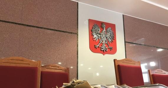 """""""Prokuratura Krajowa stwierdziła, że postępowanie prowadzone przez Prokuraturę Rejonową w Mielcu ws. Kronospanu zostało umorzone przedwcześnie. Sprawą zajmie się teraz Prokuratura Okręgowa w Tarnobrzegu"""" – poinformował we wtorek na konferencji w Mielcu wiceminister sprawiedliwości Marcin Warchoł."""