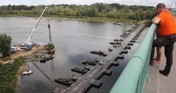 """Żołnierze zakończyli budowę mostu pontonowego, na którym zostanie ułożony rurociąg do oczyszczalni """"Czajka"""" w Warszawie. Do środy natomiast zakończy się budowa zbiornika, do którego będę zbierane nieczystości. W wyniku awarii dwóch kolektorów odprowadzających ścieki z lewobrzeżnej Warszawy do oczyszczalni """"Czajka"""", do których doszło w miniony wtorek i środę do Wisły zrzucane są nieczystości."""