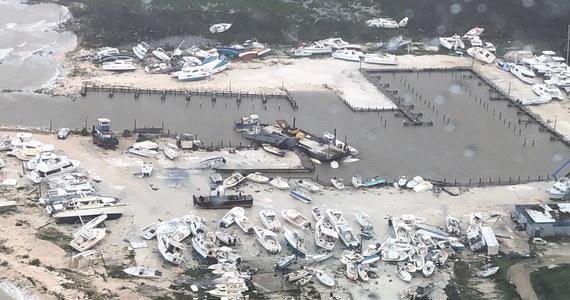 """Pierwszy oficjalny bilans strat po przejściu huraganu Dorian wskazuje, że zginęło 7 osób - powiedział premier rządu Bahamów Hubert Minnis. """"Trzeba liczyć się z większą liczbą zabitych"""" - dodał. Huragan zbliża się do przylądka Canaveral na Florydzie."""