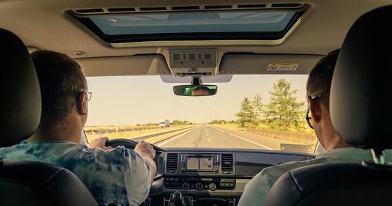 Najprawdopodobniej od początku nowego roku kierowcy nie będą musieli mieć prawa jazdy w portfelu. Zamiast tego wystarczy mieć go w telefonie komórkowym. Tak jak dziś możemy tam mieć dowód osobisty.