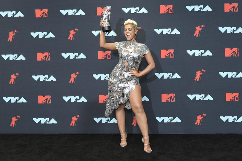 Bebe Rexha znana jest z ostrej, publicznej krytyki świata showbiznesu i zasad, które nim rządzą. Wokalistka przede wszystkim głośno sprzeciwia się wszelkim przejawom seksizmu i ocenianiu kobiet tylko po ich wyglądzie. Artystka po raz kolejny zabrała głos w tej sprawie wyznając, że sama wpadła w depresję przez oceniającą postawę projektantów mody.