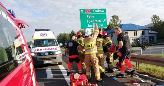 Do niecodziennego wypadku doszło rano na zakopiance w Pcimiu w Małopolsce. Z auta jadącego trasą w stronę Krakowa wyskoczył mężczyzna. Na miejsce wezwano śmigłowiec Lotniczego Pogotowia Ratunkowego.