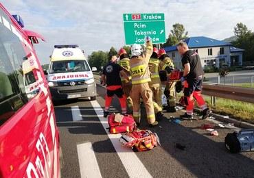 Niecodzienny wypadek na zakopiance. Pasażer wypadł z auta