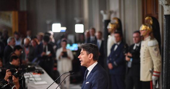 """66. rząd Włoch w historii Republiki, na którego czele stanie dotychczasowy premier Giuseppe Conte, powstał w środę, niecały miesiąc po upadku poprzedniego gabinetu. Nowy rząd, nazwany """"Conte bis"""", utworzą Ruch Pięciu Gwiazd i centrolewicowa Partia Demokratyczna."""