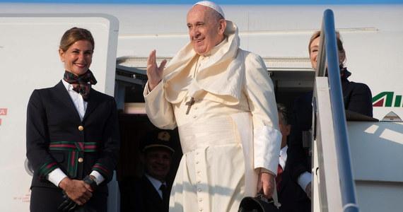 """Papież Franciszek powiedział w środę, że za """"zaszczyt"""" uważa to, że """"atakują"""" go Amerykanie. Tak w rozmowie z dziennikarzami w samolocie w drodze do Mozambiku skomentował ukazanie się książki na temat prób kwestionowania jego pontyfikatu."""