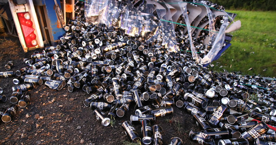 Droga krajowa nr 77 na Podkarpaciu pomiędzy Sandomierzem a Stalową Wolą zablokowana. W miejscowości Zaleszany przewróciła się ciężarówka, z której naczepy wysypały się setki puszek na piwo.