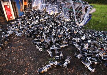 Przewrócona ciężarówka, setki puszek na piwo na poboczu. DK 77 zablokowana