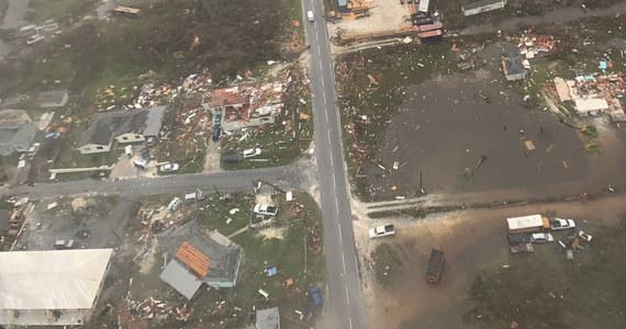 Do 20 wzrosła liczba ofiar śmiertelnych huraganu Dorian, który poszedł nad Bahamami - poinformował minister zdrowia tego karaibskiego kraju Duane Sands. Miejscowe władze podkreślają, że bilans ten może się jeszcze zwiększyć. Huragan znowu zwiększył siłę.