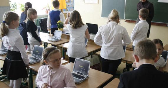 """Reaktywacja szkolnictwa zawodowego stoi pod znakiem zapytania z powodu braku nauczycieli przedmiotów branżowych - donosi """"Nasz Dziennik"""". Tuż przed rozpoczęciem roku szkolnego pojawiły się głosy, że w szkołach brakuje około 7 tys. pedagogów - poinformowała gazeta."""