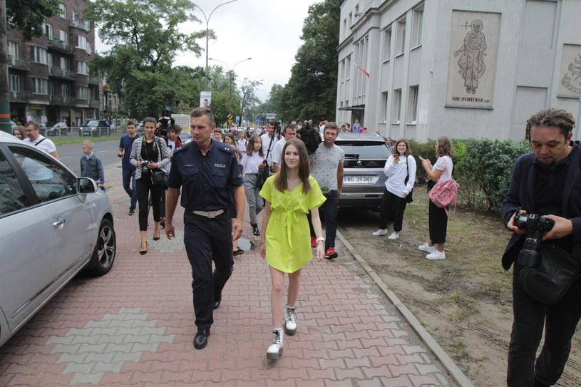 Na uroczystej inauguracji roku szkolnego w Zespole Szkół Katolickich im. św. Jana Bosko w Sosnowcu wokalistka Roksana Węgiel pojawiła się razem z policją.